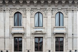Finestre e Fregi Palazzo Bernasconi zona Palestro Milano - Merope Asset Management